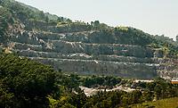 SÃO PAULO, SP, 02.02.2012:  Barragens de mineração em São Paulo  : Vista de pedreira de mineração de argila e granito no bairro Perus região noroeste da cidade de São Paulo neste sabádo (02). No bairro estão localizadas duas das sessenta e seis barragens do estado de São Paulo, que serão vistoriadas pela ANM Agência Nacional de Mineração . (Foto: Roberto Costa /Código19).