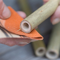 Wildbienen-Nisthilfe aus Bambus, Bambusstange, Bambusstangen, Bambus-Nisthilfe, Bambusstab, Bambusstäbe. Schritt 2: Schnittstellen werden mit Schmirgelpapier, Schleifpapier glatt und frei von Fasern und Splittern geschliffen. Wildbienen-Nisthilfen, Wildbienen-Nisthilfe selbermachen, selber machen, Wildbienenhotel, Insektenhotel, Wildbienen-Hotel, Insekten-Hotel
