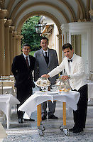 Europe/Italie/Lac de Come/Lombardie/Cernobbio : Villa d'Este (XVI°) - Le directeur, un maître d'hôtel et un serveur [Non destiné à un usage publicitaire - Not intended for an advertising use]