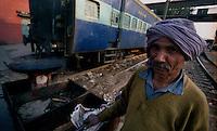 Delhi / India.Un addetto alle pulizie dei treni al lavoro nella stazione ferroviaria di New Delhi..Foto Livio Senigalliesi..Delhi / India.Worker in the main railway station in Delhi..Photo Livio Senigalliesi.