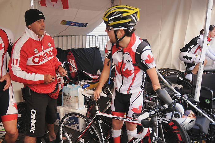 Jaye Milley, Guadalajara 2011 - Para Cycling // Paracyclisme.<br /> Jaye Milley discusses with coach Eric Van Den Eynde // Jaye Milley discute avec l'entraîneur Eric Van Den Eynde. 11/12/2011.