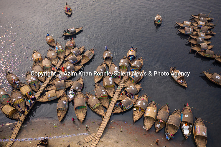 Moored boats are arranged in such a way that it looks like they are branches of a tree. 