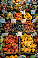 Europe/France/Provence-ALpes-Côte d'Azur/13/Bouches-du-Rhône/Marseille: Le marché de provence - Etal de fruits et légumes en faïence de la faïencerie Figueres