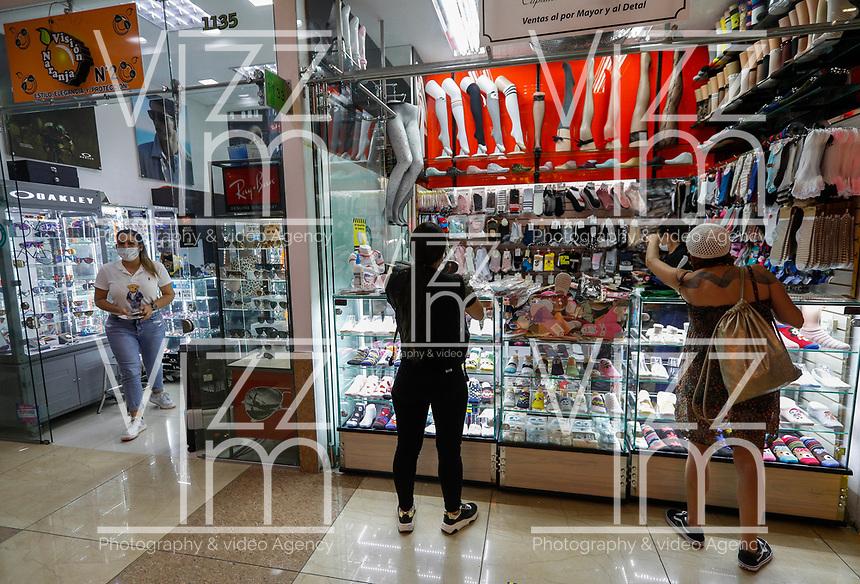 MEDELLIN - COLOMBIA, 26-05-2020: Aspectos de la reactivación económica en centros comerciales en Medellín durante el día 59 de la cuarentena total en el territorio colombiano causada por la pandemia  del Coronavirus, COVID-19. / Economic revival in shopping center in Medellin of during day 59 of total quarantine in Colombian territory caused by the Coronavirus pandemic, COVID-19. Photo: VizzorImage / Leon Monsalve / Cont
