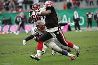 Shane Boyd (Quarterback Cologne Centurions) wird von Jared Newberry (Linebacker Frankfurt Galaxy) gestoppt