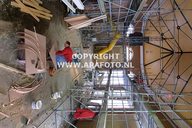 ruurlo 290102 bouw orangerie bij gemeentehuis.<br />interieur van de orangerie op de voorgrond wordt gewerkt aan de bogen boven de ramen  ivm het stukwerk<br />foto frans ypma APA-foto