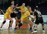 """1. Bundesliga Handball Damen - Frauen Handball BL DHB - Arena Leipzig - HC Leipzig : TSV Bayer 04 Leverkusen """"Handballelfen"""" - im Bild: Abwehr - Natalie Augsburg (HCL) gegen Anne Jochin . Foto: Norman Rembarz..Norman Rembarz , Autorennummer 41043728 , Augustenstrt. 2, 04317 Leipzig, Tel.: 01794887569, Hypovereinsbank: BLZ: 86020086, KN: 357889472, St.Nr.: 231/261/06432 - Jegliche kommerzielle Nutzung ist honorar- und mehrwertsteuerpflichtig! Persönlichkeitsrechte sind zu wahren. Es wird keine Haftung übernommen bei Verletzung von Rechten Dritter. Autoren-Nennung gem. §13 UrhGes. wird verlangt. Weitergabe an Dritte nur nach  vorheriger Absprache.."""