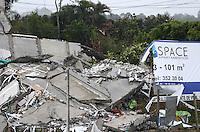 """MEDELLIN -COLOMBIA- 14 -10-2013. La Alcaldía y las autoridades de la ciudad de Medellín, conjuntamente con los ingenieros de LŽrida CDO SA alertaron que la Torre 5 del edificio residencial Space, contigua a la Torre 6, que se desplom— el s‡bado por la noche, presenta """"riesgo inminente de colapso"""". Segœn la Alcald'a de Medell'n, un comitŽ tŽcnico encargado de hacer la evaluaci—n del estado de la unidad residencial Space en el acomodado barrio El Poblado analiz— este lunes la situaci—n y concluy— que la Torre 5 puede derrumbarse en cualquier momento porque tiene fracturas en dos columnas. / The Mayor and the authorities of the city of Medellin, in conjunction with engineers from Lleida CDO SA warned that the tower 5 Space residential building, adjacent to the Tower 6, which collapsed on Saturday night, presents """"imminent risk of collapse """". According to the Mayor of Medellin, a technical committee to assessing the state of the housing units in the affluent Space Poblado Monday analyzed the situation and concluded that the Tower 5 may collapse at any moment because it has broken in two columns. .Photo: VizzorImage / Luis Rios / Stringer"""