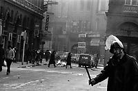 . 27 février 1985. Policier lors du Carnaval universitaire pendant lequel des incidents ont éclaté entre des étudiants et les forces de l'ordre.