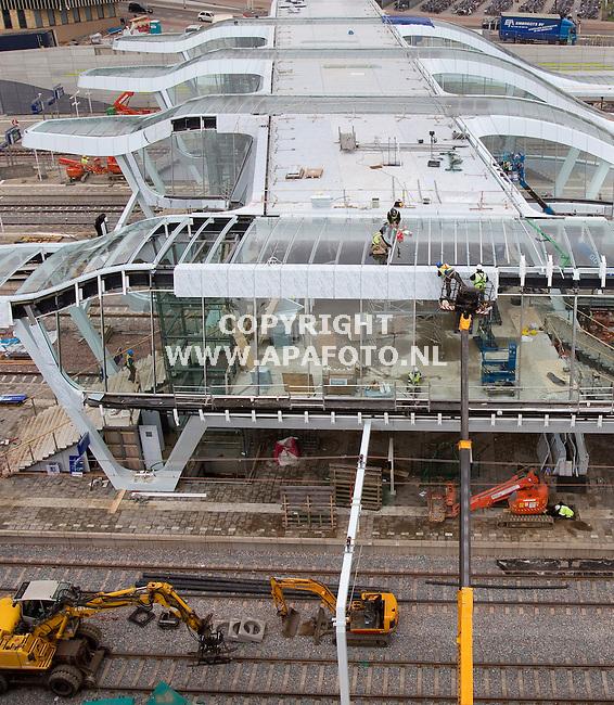 Futuristische passerelle in de maakARNHEM 200911<br /> Het ziet er futuristisch uit, de nieuwe passerelle aan de noordzijde van station Arnhem Centraal. Sorba Projects bv uit Winterswijk bekleedt de gevels met Alpolics platen, deze composietplaten bestaan uit twee lagen met daartussen een harde onbrandbare kern, en worden ook gebruikt voor de nieuwe perronkappen. Hierdoor krijgt het hele station dezelfde uitstraling. De nieuwe brug maakt deel uit van het project Sporen in Arnhem en is straks de verbindende schakel tussen de Sonsbeek-entree en de verschillende perrons. Vanaf maandag gaat de passerelle open, maar is dan nog niet af. De binnenkant moet nog worden afgebouwd en dat zal in twee fases gebeuren. Telkens zal een zijde van de overgang afgesloten zijn, zodat passagiers via de andere kant nog naar de trein kunnen lopen. De nieuwe entree was nodig omdat ProRail het emplacement beter heeft ingericht, waardoor het aantal treinwissels met een derde afneemt. Hierdoor kunnen treinen sneller binnenkomen en vertrekken. De passerelle is naar verwachting eind 2011 klaar.