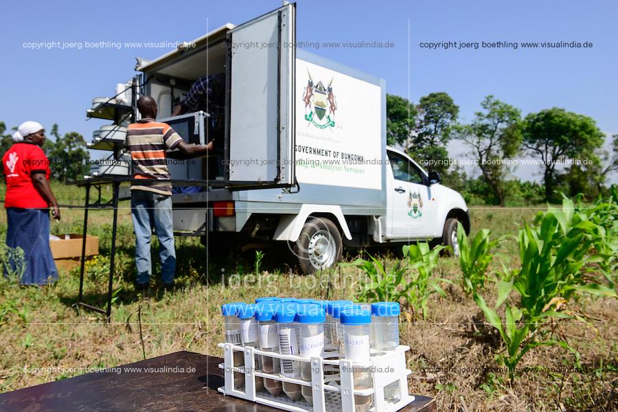 KENYA, County Bungoma, Mabanga, agricultural training institute, mobile soil testing lab, soil samples / KENIA, landwirtschaftliches Traningszentrum, mobiles Bodentest und Analyse Labor, Bodenprobe