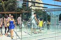 ATENCAO EDITOR: FOTO EMBARGADA PARA VEICULOS INTERNACIONAIS. - RIO DE JANEIRO, RJ, 08 DE SETEMBRO 2012 - LABIRINTO DE VIDRO - Foi inaugurada na ultima sexta feira, 7 de setembro, o Labirinto de Vidro, obra do consegrado artista americano Robert Morris,um dos nomes fundamentais do Minimalismo, que faz parte do projeto Outras Ideias para o Rio, obra interativa onde o publico percorre o labirinto ate achar a saida, na Cinelandia, no centro do Rio de Janeiro.(FOTO: MARCELO FONSECA / BRAZIL PHOTO PRESS).