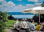 Deutschland, Bayern, Starnberger See, bei Tutzing: Biergarten auf der Ilkahoehe   Germany, Bavaria, Lake Starnberg, near Tutzing: beer garden at Ilka Heights