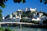 Oesterreich, Salzburger Land, Salzburg: Blick ueber die Salzach zur Altstadt mit Dom und Festung Hohensalzburg |  Austria, Salzburg: view across river Salzach towards old town with cathedral and fortress Hohensalzburg