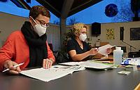 Gross-Gerau 27.12.2020: Erste Corona Impfung im Kreis Groß-Gerau<br /> Dr. Roxana Sauer und Dr. Nathalie Ballhausen an der Registratur zur Covid-19 Impfung