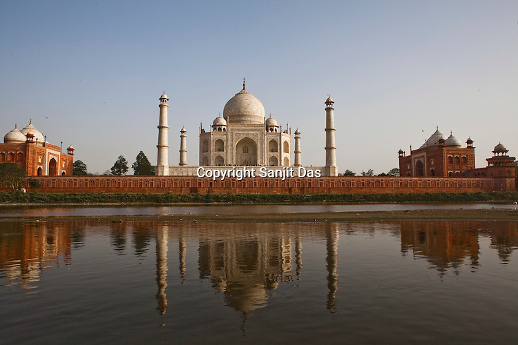 The 17th century Mughal-built Taj Mahal mausoleum is reflected in the Yamuna river, in Agra, Uttar Pradesh in India. Photo: Sanjit Das/Panos pour Le Point