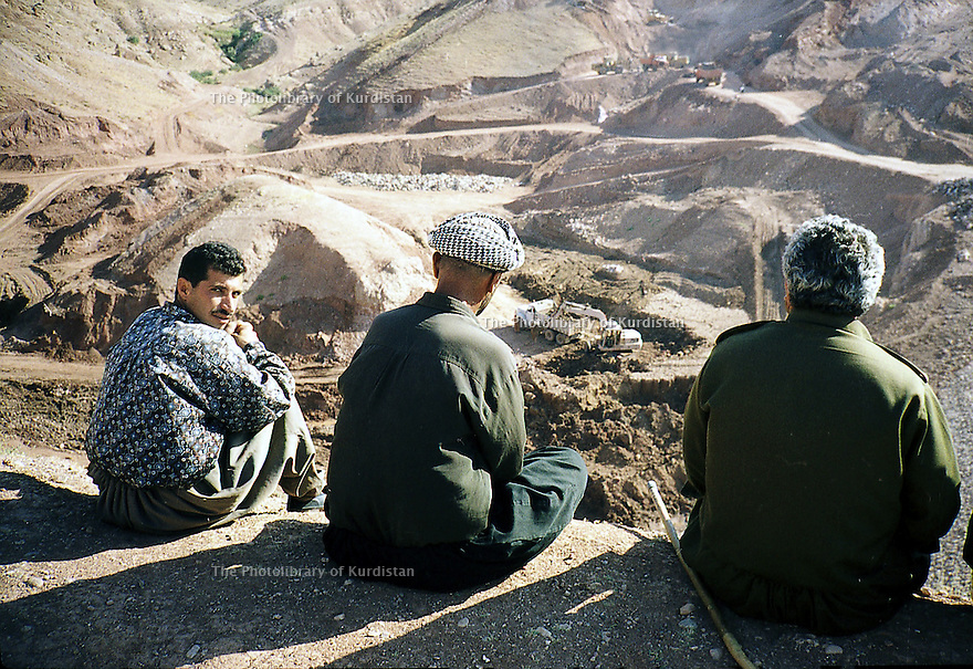 Irak 2000. Construction d'un barrage pres de Zakho.      Iraq 2000.  A dam under construction near Zakho