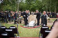 """Das """"Zentrum fuer Politische Schoenheit"""" liess am Dienstag den 16. Juni 2015 auf dem Muslimischen Teil des Friedhof in Berlin-Gatow eine Fluechtlingsfrau aus Syrien beerdigen, die mit ihrem Kind bei der Flucht ueber das Mittelmeer ertrunken ist. Ihr Kind konnte nicht geborgen werden, es ist im Mittelmeer verschollen.<br /> Die Frau wurde zuvor im Beisein von Angehoerigen in Suedeuropa exhumiert und durch ein Beerdigungsunternehmen nach Deutschland gebracht. Die Beerdigung fand unter dem Motto """"Die Toten kommen"""" statt und war die erste von insgesammt 10 geplanten Beerdigungen.<br /> Vor dem Grab waren 40 Stuehle fuer eingeladene Beerdigungs-Gaeste aufgestellt die jedoch leer blieben. Es waren die politisch Verantwortlichen der deutschen Asylpolitik geladen worden, die jedoch nicht erschienen.<br /> Das Zentrum fuer Politische Schoenheit will 8 weitere Mittelmeer-Tote nach Berlin bringen und sie vor das Kanzleramt bringen um den politisch Verantwortlichen die Folgen ihrer Asylpolitik drastisch vor Augen zu fuehren.<br /> Im Bild: Der Sarg der ertrunkenen Frau wird in das Grab gelassen.<br /> 16.6.2015, Berlin<br /> Copyright: Christian-Ditsch.de<br /> [Inhaltsveraendernde Manipulation des Fotos nur nach ausdruecklicher Genehmigung des Fotografen. Vereinbarungen ueber Abtretung von Persoenlichkeitsrechten/Model Release der abgebildeten Person/Personen liegen nicht vor. NO MODEL RELEASE! Nur fuer Redaktionelle Zwecke. Don't publish without copyright Christian-Ditsch.de, Veroeffentlichung nur mit Fotografennennung, sowie gegen Honorar, MwSt. und Beleg. Konto: I N G - D i B a, IBAN DE58500105175400192269, BIC INGDDEFFXXX, Kontakt: post@christian-ditsch.de<br /> Bei der Bearbeitung der Dateiinformationen darf die Urheberkennzeichnung in den EXIF- und  IPTC-Daten nicht entfernt werden, diese sind in digitalen Medien nach §95c UrhG rechtlich geschuetzt. Der Urhebervermerk wird gemaess §13 UrhG verlangt.]"""