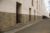 Facade et trotoir devant l'avenue Roger dodin.<br /> Elements decorationen bas relief au bas de l'immeuble