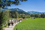 Austria, Tyrol, near Kitzbuehel: group of hikers near Schwarzsee (Black Lake) | Oesterreich, Tirol, bei Kitzbuehel: Wandern in der Gruppe beim Schwarzsee