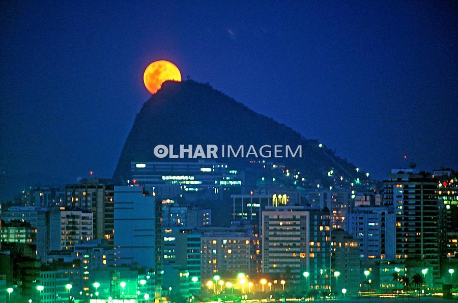 Lua cheia sobre Ipanema. Rio de Janeiro. 2003. Foto de Ricardo Azoury.