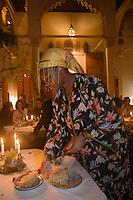 Afrique/Afrique du Nord/Maroc/Rabat: Dinarjat restaurant situé dans un ancien palais andalou - service découpe de la pastilla