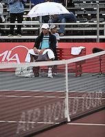 BOGOTA- COLOMBIA 24-07-2015: Ivo Karlovic de Croacia, se resguarda de la lluvia durante partido del ATP Claro Open Colombia de Tenis en las canchas del Centro de Alto rendimiento en Altura en la ciudad de Bogota. / Ivo Karlovic of Croatia is sheltered from rain during a match to the ATP Claro Open Colombia of Tennis in the courts of the High Performance Center in Altura in Bogota City. Photo: VizzorImage / Luis Ramirez / Staff.