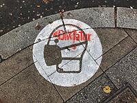 """Auf Strassen und Plaetzen in Berlin wurden Hinweise zum Gebrauch von Mund-Nase-Schutz Masken gegen die Ausweitung der Covid-19 Pandemie auf die Gehwege gesprueht. Unbekannte Verschwoerungsanhaenger und Coronaluegner haben mit roter Farbe das Wort """"Diktatur"""" darueber gesprueht.<br /> 14.11.2020, Berlin<br /> Copyright: Christian-Ditsch.de"""
