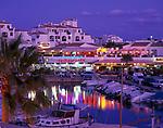 ESP, Spanien, Balearen, Menorca, Cala en Bosc: Feriensiedlung am Cap d Artrutx - Hafen und Restaurants am Abend | ESP, Spain, Balearic Islands, Menorca, Cala en Bosc: resort at Cape d Artrutx