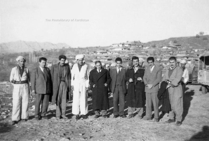 Irak 1963?.Barzan: Sheikh Ahmed avec des militaires irakiens.Iraq 1963?.Barzan; Sheikh Ahmed with Iraqi servicemen