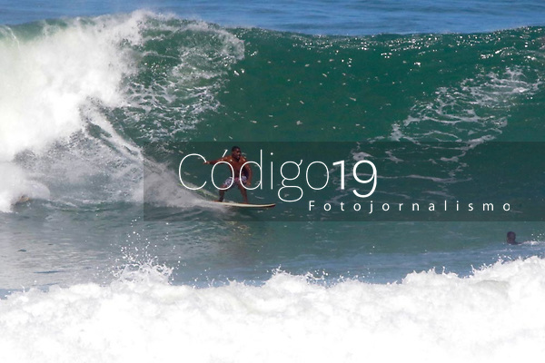 RIO DE JANEIRO, RJ, 19.07.2019: CLIMA-RIO - Mar com ressaca atrai vários surfistas na praia do Arpoador, zona sul do Rio de Janeiro, nesta sexta-feira (19). (Foto: Ellan Lustosa/Código19)