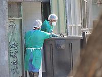 Recife (PE), 22/03/2021 - Covid-Recife - Funcionários do Hospital de Referência de Covid em Recife descartam lixo do hospital na tarde desta segunda-feira (22).