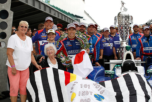 Verizon IndyCar Series<br /> Indianapolis 500 Race<br /> Indianapolis Motor Speedway, Indianapolis, IN USA<br /> Sunday 28 May 2017<br /> Winner Takuma Sato, Andretti Autosport Honda and the quilt lady<br /> World Copyright: Michael L. Levitt<br /> LAT Images