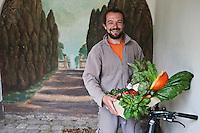 Europe/France/Bretagne/56/Morbihan/Guidel: Le jardinier du potagier bio du Domaine de Kerbastic, les Ateliers Polignac, photographié devant le trompe-l'oeil<br />  [Non destiné à un usage publicitaire - Not intended for an advertising use]