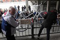 Quelques centaines de personnes se sont rassemblées Devant un vélo fantôme - peint en blanc à la mémoire d'un disparu, lundi 5 mai 2014 au viaduc Saint-Denis/Des Carrières pour honorer la mémoire de Mathilde Blais, frappée mortellement par un camion-grue une semaine plus tôt.<br /> <br /> PHOTO : Agence Québec Presse