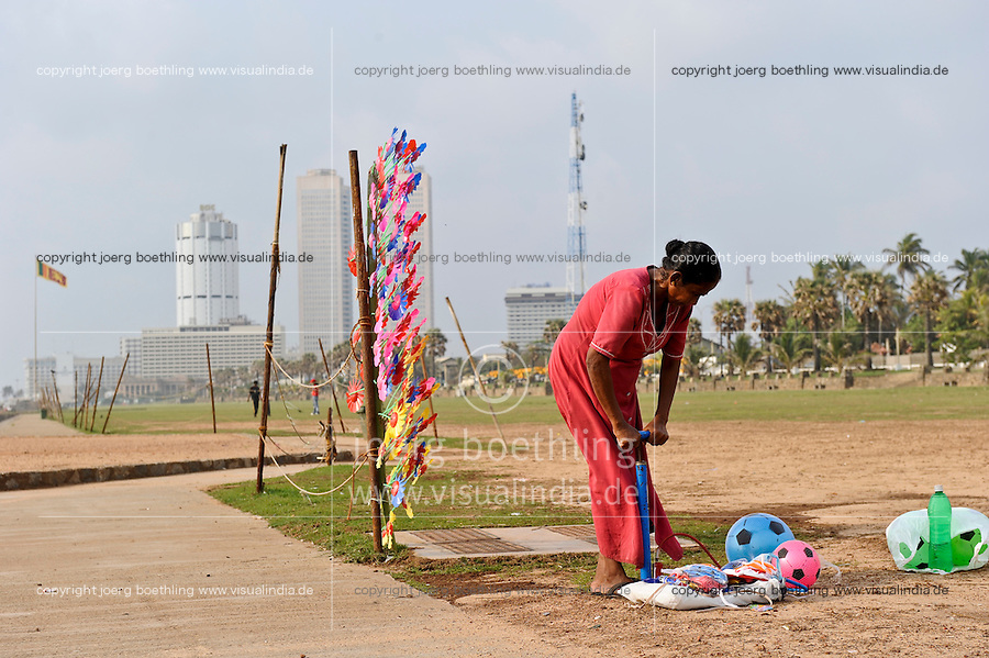 SRI LANKA Colombo, woman pump balls for selling / Sri Lanka Colombo, Regierungsviertel , Frauen pumpt Baelle zum Verkauf an Strandpromende auf