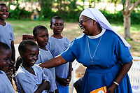 TANZANIA Musoma, JIPE MOYO a shelter of the catholic church for girls which escaped from their village to prevent FGM female genital mutilation / TANSANIA Region Mara, Musoma, Projekte der Dioezese Musoma, JIPE MOYO, Zufluchtsort fuer Maedchen denen in ihrem Dorf Genitalverstuemmelung droht, Schwester: SR. ANNUNCIATA CHACHA