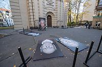 """Freiluftausstellung """"Gegen das Vergessen"""" in Berlin-Mitte.<br /> Mehr als 200 Ueberlebenden begegnete Fotograf und Filmemacher Luigi Toscano in den vergangenen zwei Jahren. Dafuer reiste er quer durch Deutschland, Russland, Ukraine, Israel und in die USA. Jetzt werden die Portraets von 50 Ueberlebenden erstmals in Berlin gezeigt. Vom vom 9. November zum 26.November 2017 ist das einmalige erinnerungspolitische Kunst- und Kulturprojekt """"Gegen das Vergessen"""" auf dem Gelaende der Sophienkirche zu sehen.<br /> Im Bild: Aufbau der Ausstellung.<br /> 7.11.2017, Berlin<br /> Copyright: Christian-Ditsch.de<br /> [Inhaltsveraendernde Manipulation des Fotos nur nach ausdruecklicher Genehmigung des Fotografen. Vereinbarungen ueber Abtretung von Persoenlichkeitsrechten/Model Release der abgebildeten Person/Personen liegen nicht vor. NO MODEL RELEASE! Nur fuer Redaktionelle Zwecke. Don't publish without copyright Christian-Ditsch.de, Veroeffentlichung nur mit Fotografennennung, sowie gegen Honorar, MwSt. und Beleg. Konto: I N G - D i B a, IBAN DE58500105175400192269, BIC INGDDEFFXXX, Kontakt: post@christian-ditsch.de<br /> Bei der Bearbeitung der Dateiinformationen darf die Urheberkennzeichnung in den EXIF- und  IPTC-Daten nicht entfernt werden, diese sind in digitalen Medien nach §95c UrhG rechtlich geschuetzt. Der Urhebervermerk wird gemaess §13 UrhG verlangt.]"""