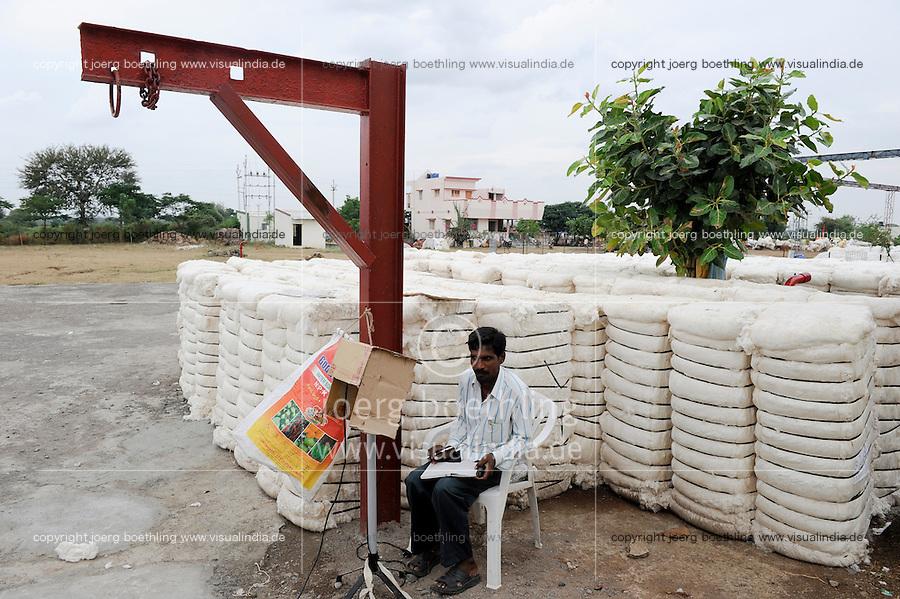 INDIEN Maharashtra, Baumwollanbau in der Region Vidarbha , Baumwollballen auf dem Lagerplatz einer Entkernungsfabrik, hier wird fast nur noch gentechnisch veraenderte BT Baumwolle Bollguard II von Monsanto angebaut, viele Bauern sind verschuldet, entsprechend hoch ist die Selbstmordrate /  INDIA Maharashtra, Bt cotton farming in Vidarbha region where GMO cotton Bollguard II by Monsanto is cultivated, due to high debts and crop failure is a very high rate of farmer suicide, cotton bales after ginning in factory