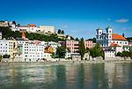 Deutschland, Niederbayern, Passau: am Innkai entlang, rechts die Kirche St. Michael, links oben Veste Oberhaus | Germany, Lower Bavaria, Passau: alongside river Inn with church St. Michael and fort Oberhaus (left above)