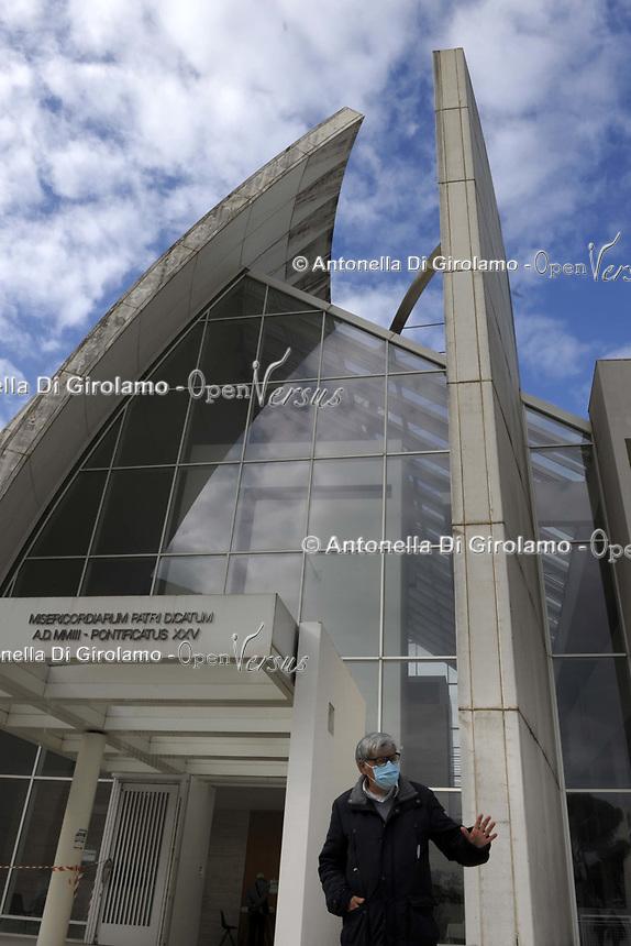 25 ottobre 2020 messe domenicali <br /> La chiesa di Dio Padre Misericordioso, meglio nota come chiesa del Giubileo o Dives in misericordia, è un luogo di culto cattolico sito a Roma nel quartiere Alessandrino. <br /> Per il Giubileo del 2000, l'architetto Richard Meier vinse il concorso internazionale per la costruzione di una nuova chiesa.<br /> Egli stesso presentò la sua opera davanti al papa Giovanni Paolo II in Vaticano affermando: «Le vele bianche ci condurranno verso un mondo nuovo». <br /> Fu inaugurata nell'ottobre del 2003.<br /> <br /> <br /> The Jubilee Church, formally known as Chiesa di Dio Padre Misericordioso (Italian for Church of God the Merciful Father), is a Catholic church and community center in Tor Tre Teste in Rome. Richard Meier is architect.