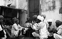 11.2008  Pushkar (Rajasthan)<br /> <br /> Men drinking tea during kartik purnima.<br /> <br /> Hommes buvant le thé pendant kartik purnima.