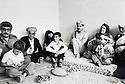 Irak 1991   Nechirvan Barzani avec Fazel Mirani visitant une famille à Dohok     Iraq 1991  Nechirvan Barzani with Fazel Mirani ( left ) visiting a family in Duhok