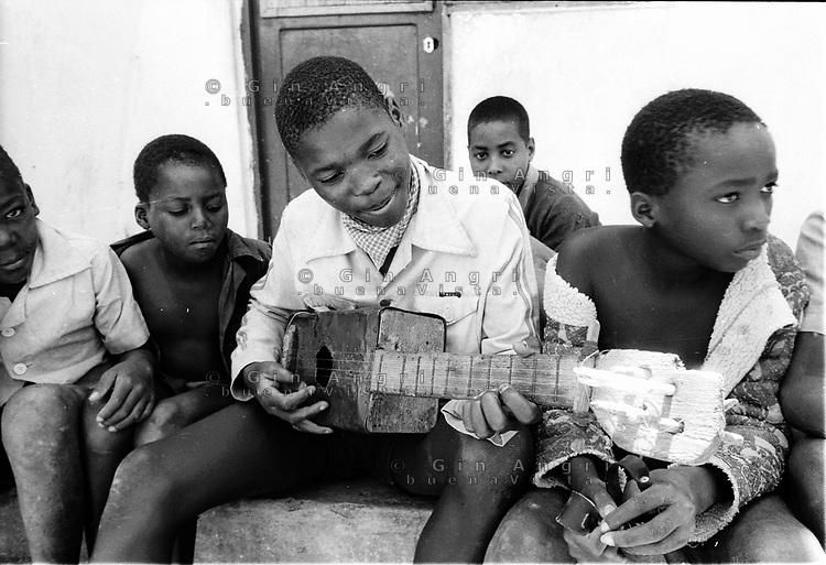 Mozambico, Africa, Maputo, bambini in orfanatrofio