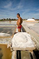 Cervia (prov. Ravenna) saline Camillone, ex operaio delle saline del Gruppo Culturale Civiltà Salinara durante la raccolta del sale
