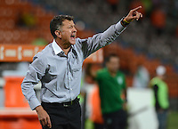 MEDELLÍN -COLOMBIA-21-04-2015. Juan Carlos Osorio técnico de Atlético Nacional de Colombia gesticula durante el encuentro con Libertad de Paraguay por la fecha 6, fase 2, grupo 7, de la Copa Bridgestone Libertadores 2015 jugado en el estadio Atanasio Girardot de Medellín, Colombia./ Juan Carlos Osorio coach of Atletico Nacional of Colombia gestures during match against Libertad of Paraguay for the 6th date, phase 2, group 7, of the Copa Libertadores championship 2015 played at Atanasio Girardot stadium in Medellin, Colombia. Photo: VizzorImage/ Leon Monsalve / Cont