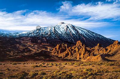 Spanien, Kanarische Inseln, Teneriffa, Teide Nationalpark: Los Roques und der schneebedeckte Pico del Teide (3.718 m)   Spain, Canary Islands, Tenerife, Teide National Park: Los Roques and snow covered Pico del Teide (3.718 m)