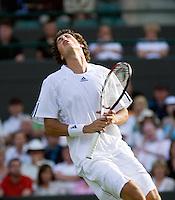 23-6-08, England, Wimbledon, Tennis,      Robin Haase uit zijn frustratie in de 5e set nadat hij zijn servicebeurt moet inleveren op 2-1 tegen Hewitt