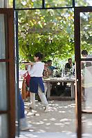 Europe/France/Provence-Alpes-Côte d'Azur/13/Bouches-du-Rhône/Env d'Arles/Le Sambuc: Service terasse du Restaurant Bio: La Chassagnette