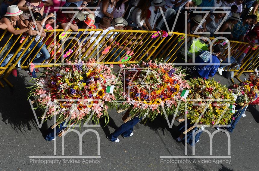 MEDELLÍN - COLOMBIA, 07-08-2017: El tradicional desfile de silleteros se realizó hoy, 07 agosto de 2017, por las calles de Medellín  como un evento más de la versión 60 de la Feria de las Flores 2017 que se realiza en la capital de Antioquia./ The tradictional Silleteros parade was made today, 07 July 2017, by the streets of Medellin as one event more of the 60th version of Flower Fair 2017 that takes place in the Antioquia's capital. Photo: VizzorImage / Leon Monsalve / Cont